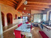 cucina con soffitto travi a vista