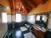 Secondo bagno, con elegante ceramiche verdi
